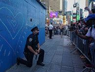 Полицейский преклоняет колено перед протестующими, Нью-Йорк, США