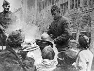 Советские полевые кухни в Берлине кормят голодных горожан. Великая Отечественная война (1941-1945).