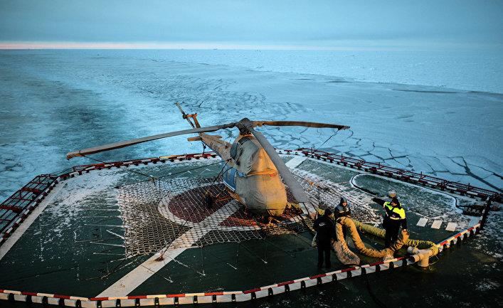 Вертолетная площадка на палубе атомного ледокола «50 лет Победы» в Северном Ледовитом океане