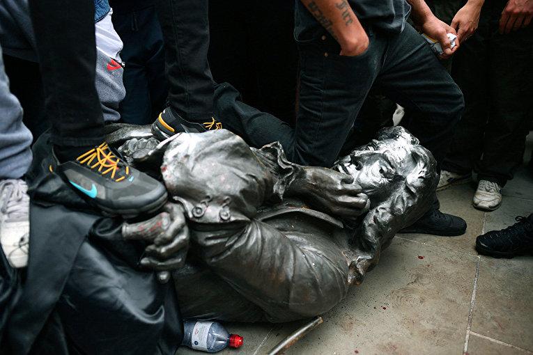 Протестующие сносят статую работорговца Эдварда Колстона во время акции протеста в Бристоле, Великобритания