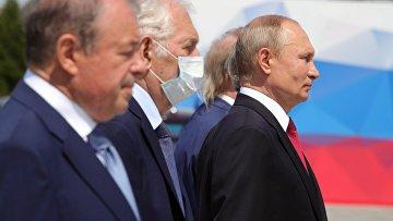 Президент РФ Владимир Путин на церемонии вручения золотых звезд Героям Труда на Поклонной горе.