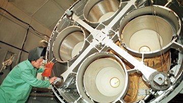 Инженер осматривает двигатель межконтинентальной баллистической ракеты СС-19