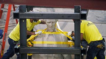 13 июня 2020. Снос памятника президенту Конфедерации Джефферсону Дэвису, Кентукки, США