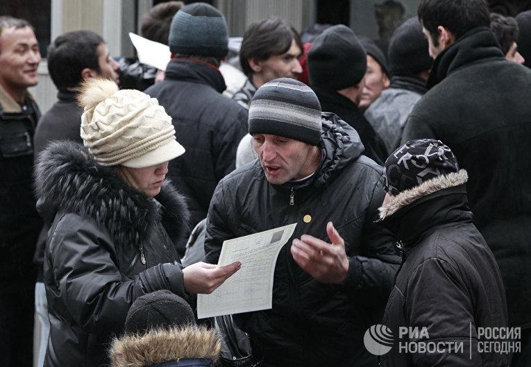 Гастарбайтеры выстроились в очередь у консульского отдела посольства Таджикистана