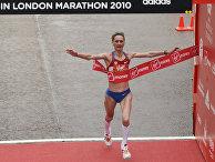 25 апреля 2010. Российская бегунья Лилия Шобухова пересекает финишную черту Лондонского марафона