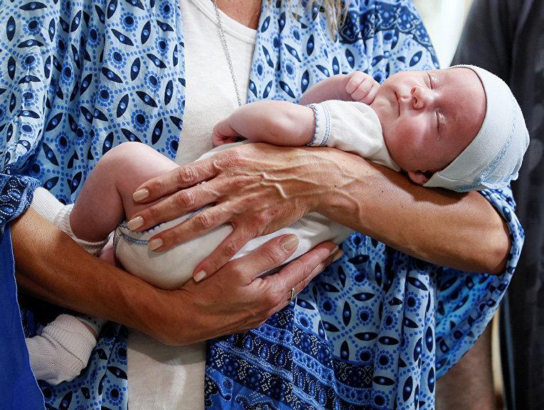 Суррогатный ребенок на руках своей матери в отеле Venice в Киеве