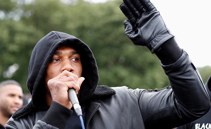 Боксер Энтони Джошуа во время акции протеста в Уотфорде, Великобритания