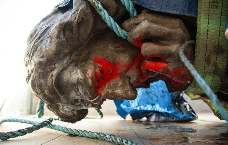 11 июня 2020. Снесенная в ходе антирасистских протестов статуя Эдварда Кольстона, Бристоль, Великобритания