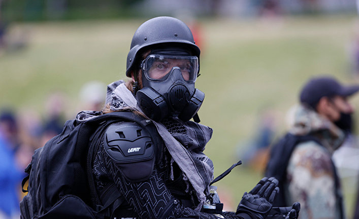 Участник акции протеста в Денвере, США