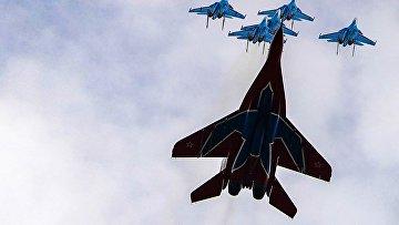 """Истребители МиГ-29 и Су-30СМ пилотажных групп """"Русские витязи"""" и """"Стрижи"""""""