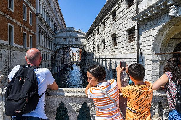 Туристы любуются на мост Вздохов