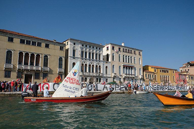 Протестующие образовали живую цепь у воды протестуя против массового туризма