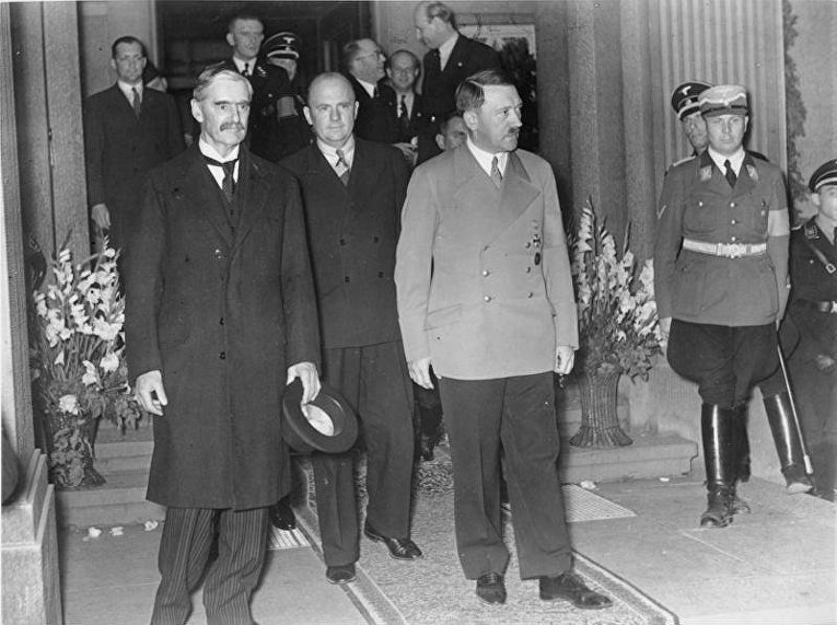 Чемберлен (слева) и Гитлер на встрече в Бад-Годесберге, 23 сентября 1938 года