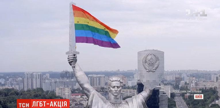 Зачем главный монумент Киева одели в цвета ЛГБТ накануне 22 июня