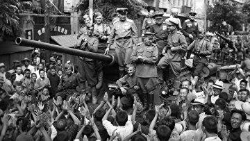 Жители Далянь встречает советских танкистов