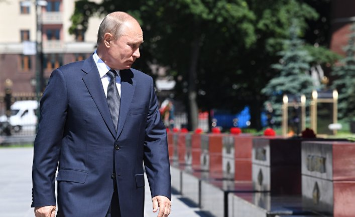 Президент РФ В. Путин принял участие в церемонии возложения венков к Могиле Неизвестного Солдата