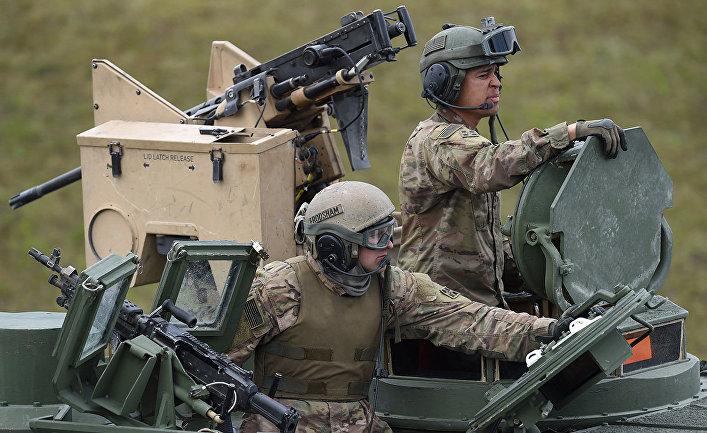 """Американские солдаты во время учений """"Strong Europe Tank Challenge 2017"""" на полигоне в Графенвере, Германия"""