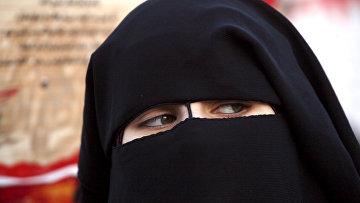 Сирийка в никабе во время протестов против насилия и пыток в Сирии