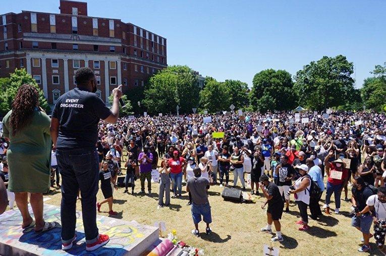 Протестующие возле памятника генералу Роберту Ли в Ричмонде. Акции проходят под лозунгом Black lives matter