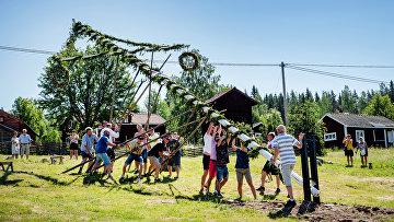 Шведы готовятся к празднованию Мидсоммара — дня летнего солнцестояния