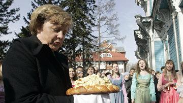 Канцлера Германии Ангелу Меркель встречают хлебом-солью в Томске