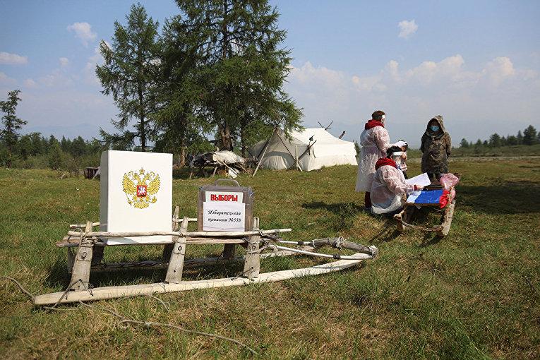 Члены избирательной комиссии ждут местных жителей по прибытии в отдаленный населенный пункт в Якутии