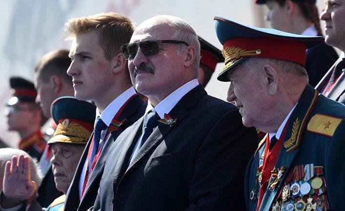 Президент Белоруссии Александр Лукашенко с сыном Николаем (в центре) на параде в Москве