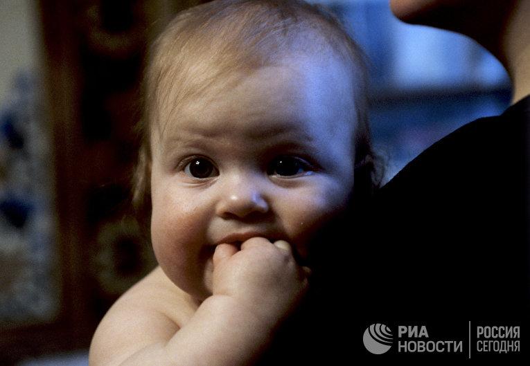 Ребенок у матери на руках