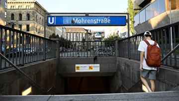 Мужчина входит в станцию метро Моренштрассе, Берлин, Германия