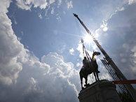 1 июля 2020. В Ричмонде, Вирджиния, сносят памятник генералу-конфедерату Томасу Джонатану «Стоунволлу» Джексону