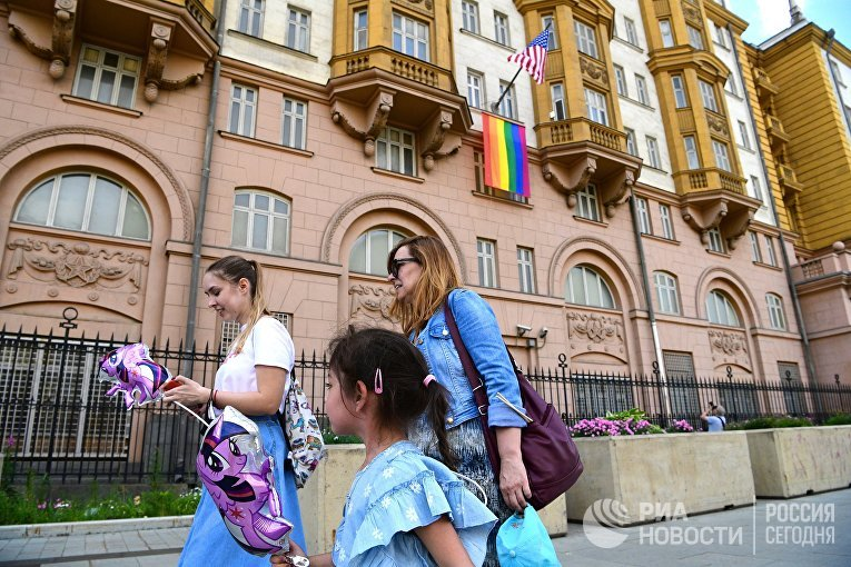 Флаг ЛГБТ-сообщества на здании посольства США в Москве