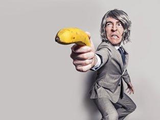 Мужчина с бананом в руке