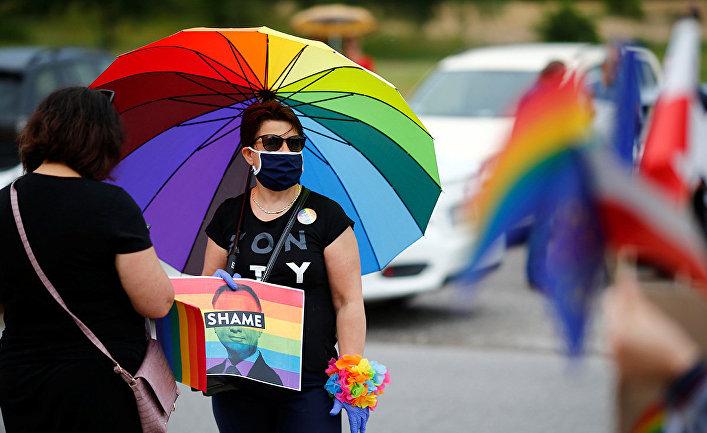 ЛГБТ активисты во время акции протеста на предвыборном митинге Анджея Дуды в Томашув-Мазовецком, Польша