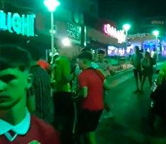 Пьяные британские туристы в Магалуфе