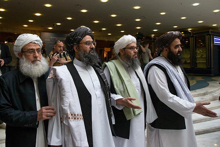 Мулла Абдул Гани Барадар с членами делегации талибов во время переговоров в Москве