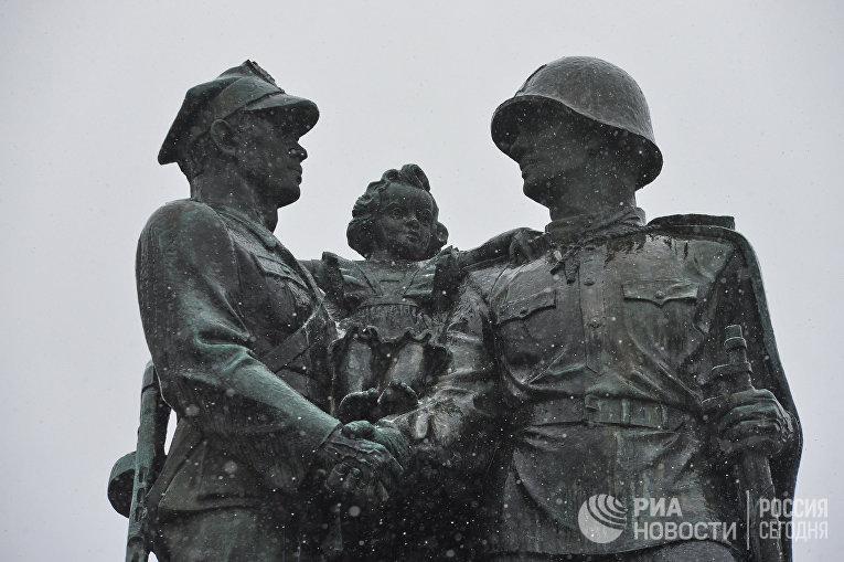 Памятник советско-польскому братству по оружию в центре города Легница