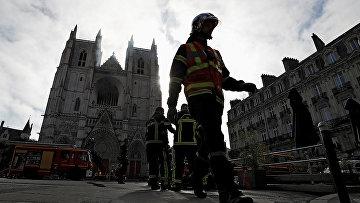 Французские пожарные на месте пожара в соборе Святых Петра и Павла в Нанте