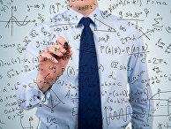 Мужчина решает математические задачи