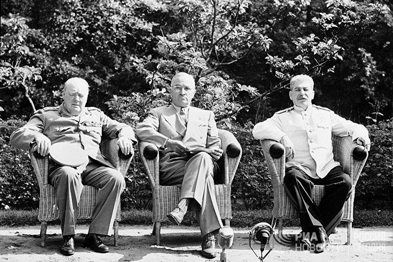 Участники Потсдамской конференции: премьер-министр Великобритании У.Черчилль, президент США Г. Трумэн, Генеральный секретарь ЦК ВКП (б), И.В.Сталин.