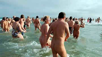 Посетители нудистского пляжа