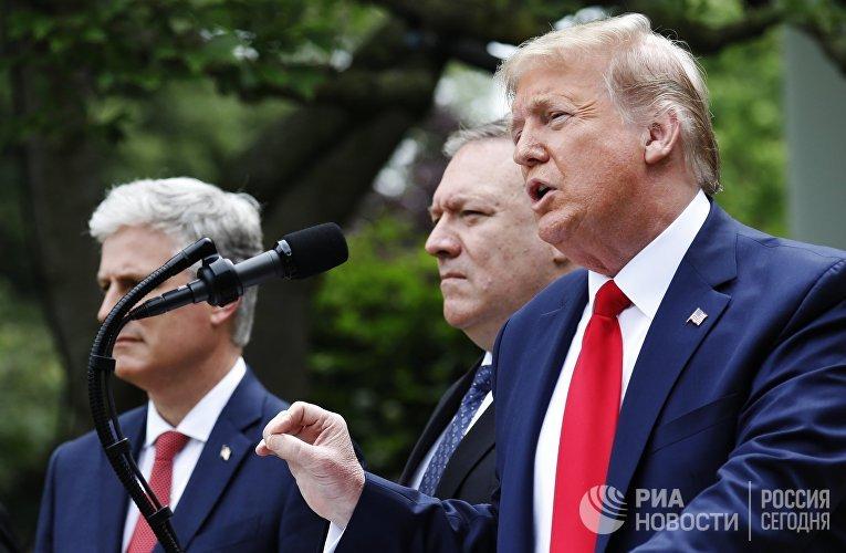 Брифинг президента США Д. Трампа в розовом саду возле Белого дома в Вашингтоне