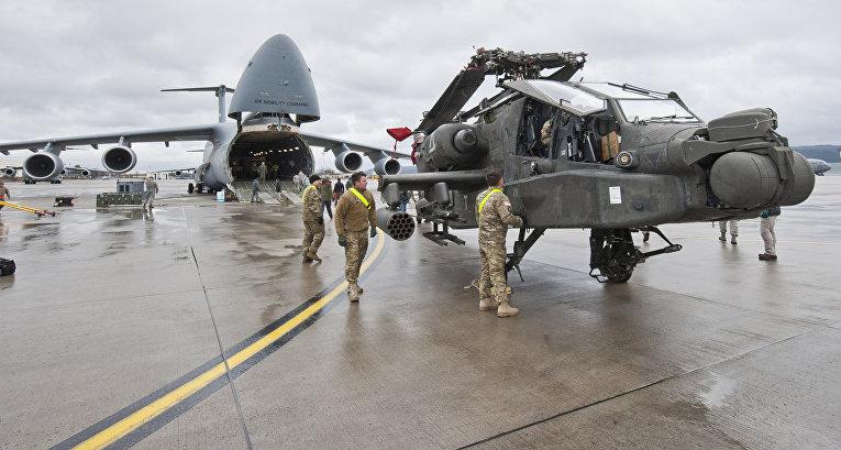 Американский боевой вертолет на базе в Рамштайне, Германия