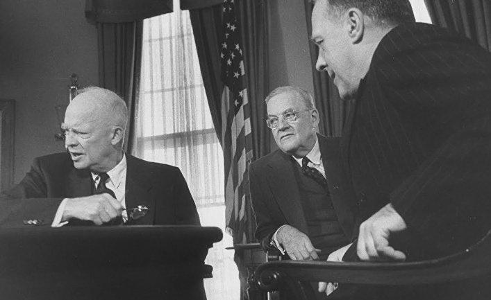 Президент США Дуайт Эйзенхауэр беседует с госсекретарем Джоном Фостером Даллесом и Дональдом Р. Хитом, 1957 год