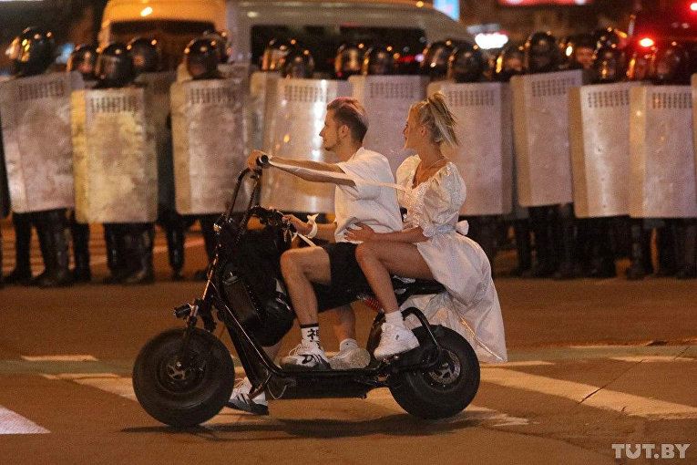 Пара на скутере во время акции протеста в Минске