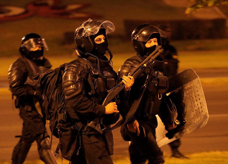Полицейский патруль во время столкновений со сторонниками оппозиции в Минске