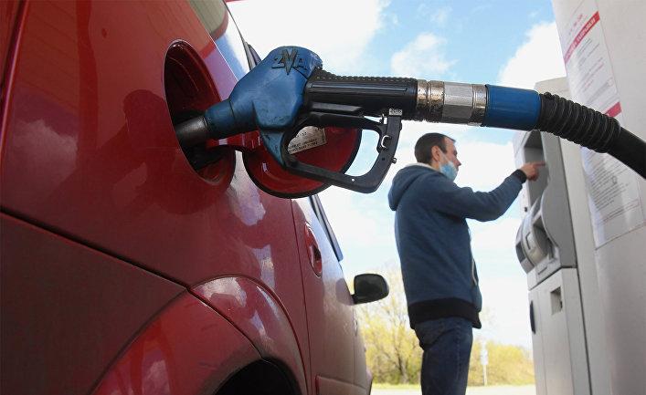 Мужчина оплачивает автомобильное топливо на одной из автозаправочных станций