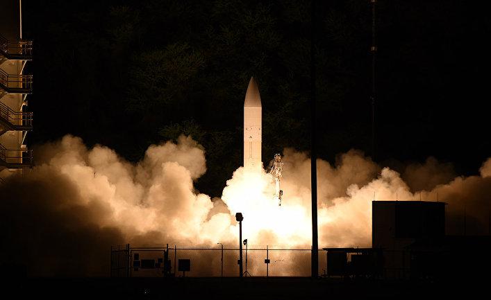 Старт гиперзвуковой ракеты на Тихоокеанском ракетном полигоне ВМС США, расположенном на гавайском острове Кауаи