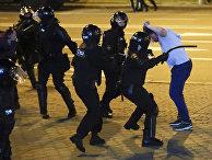 Столкновение полиции с протестующим в Минске