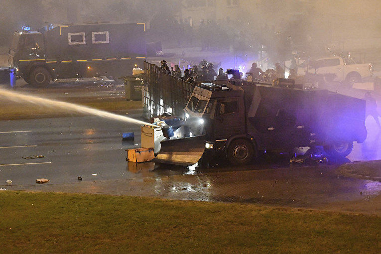 Милиция использует водомет против демонстрантов