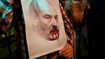 Люди протестуют у посольства Белоруссии в Москве